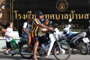 Gut die Hälfte der Schülertransporte werden mit dem Moped gemacht. Da muss die ganze Familie einspringen. Deshalb ist gegen 16 Uhr auf Phukets Straßen der Teufel los.