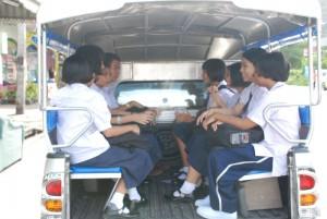 Wer einen längeren Schulweg hat, ist mit Kleinbussen oder den normalen Linienbussen unterwegs.