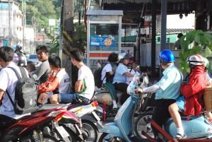An jeder Kreuzung ist ein extra Freiraum eingezeichnet. Die ersten 5 Meter gehören den Mopeds und sind für Autos tabu.
