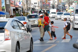 Sicherer Schulweg – auch in Phuket ein wichtiges Thema. Fußgänger haben hier kleine Rechte, weil es die ja kaum gibt. Erinnert mich an die guten alten Schülerlotsen zu meiner Schulzeit. Nur hatten die natürlich keine so tolle Uniform!