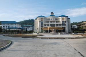Eingang und Verwaltungsgebäude der Universität in Kathu/Phuket