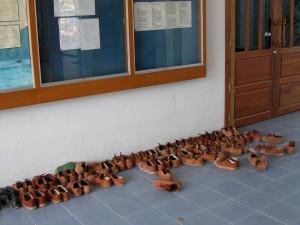Typisches Bild vor dem Klassenzimmer: die Schuhe der Schüler. Da alle gleich aussehen, sicher nicht einfach nachher die richtigen zu finden.