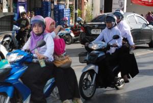 Kopftuch und Helm – rund 35 % der Einwohner Phukets sind Muslime.