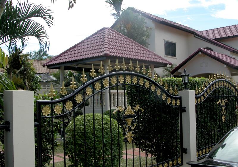 Das Tor zeigt schon an, dass man in diesem Haus nicht sparen muss.