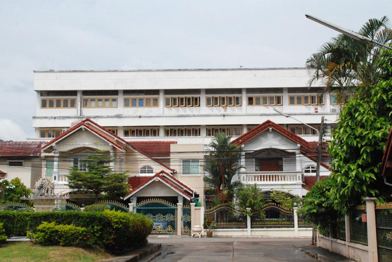 Blick auf die Nachbarhäuser und das Schulgebäude von unserem Tor aus
