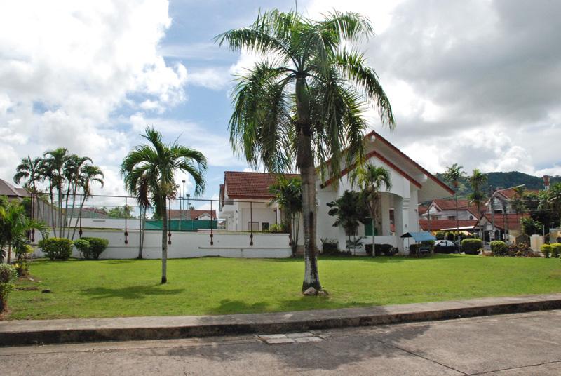 Das Herz von Villa1: das Gemeinschaftshaus mit Bolzplatz, Schwimmbad und Tennisplätzen