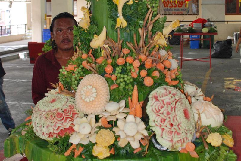 Ein ganzer Wagen mit kunstvoll geschnitztem Gemüse
