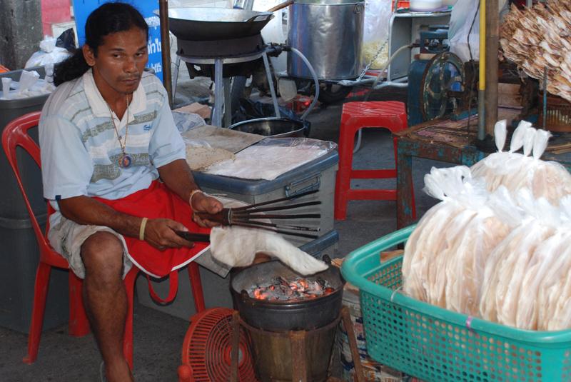Brotfladen werden direkt über der Glut gebacken