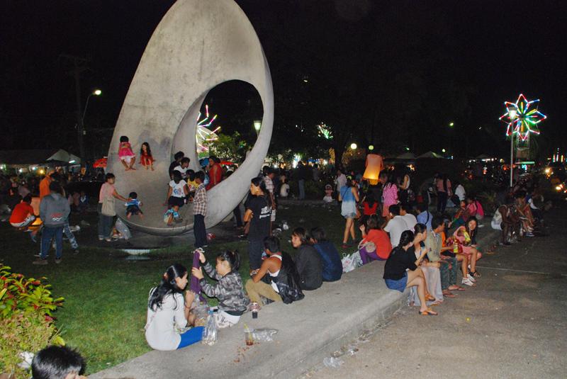 Rund um das Denkmal in Sapan Hin versammelt sich die menge